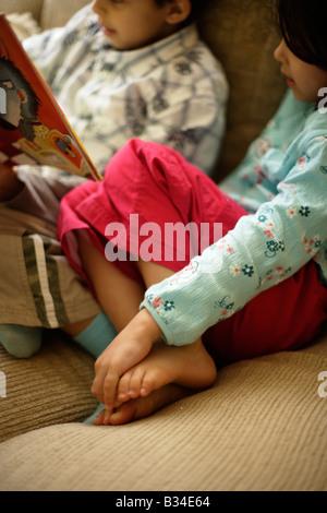 Ragazzo di età compresa tra i sei legge una storia per la sua sorellina all età di cinque anni