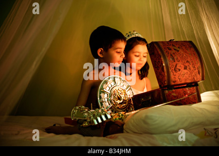 Il magico scrigno bambina di cinque anni e sei anni di vecchio ragazzo a giocare a fratello e sorella di razza mista