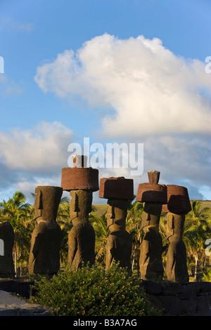 Il Cile, Rapa Nui, Isola di Pasqua, spiaggia di Anakena, monolitico gigante di pietra Moai statue di Ahu Nau Nau Foto Stock