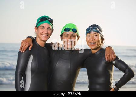 Multi-etnico donne che indossano muta e gli occhiali di protezione Foto Stock