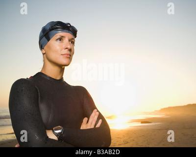 Ispanico donna che indossa muta e gli occhiali di protezione Foto Stock