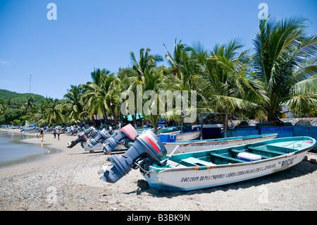 ZIHUATANEJO, Messico - barche di pescatori sulla spiaggia a Playa Principal a Zihuatanejo, Messico Foto Stock
