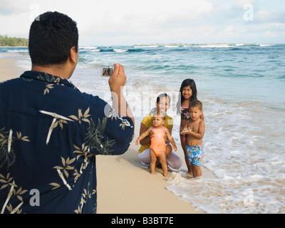 Pacific Islander padre tenendo fotografia di famiglia