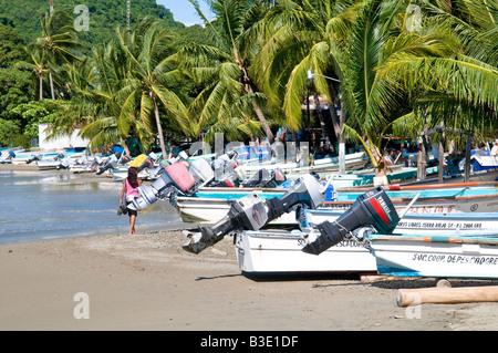 Barche di pescatori sulla spiaggia di Playa Principal a Zihuatanejo, Messico Foto Stock