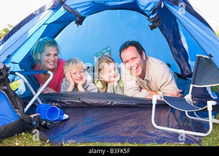 Famiglia Campeggio in tenda a sorridere Foto Stock