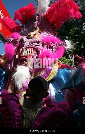 Partecipante al carnevale vestito come Diablo Cojuelo di eseguire durante il carnaval Vegano in La Vega, Repubblica Foto Stock