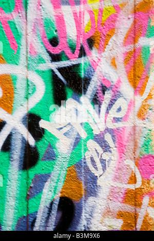 Dettaglio dei graffiti su un muro ideale per aree urbane o sfondo grunge Foto Stock