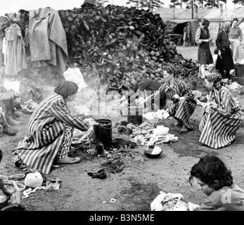 A Bergen Belsen campo di concentramento i detenuti il 15 aprile 1945 quando fu liberato dalla British xi divisione Foto Stock