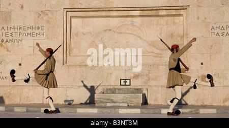 Tradizionale Guardia Evzon presso la tomba del Milite Ignoto, Atene, Grecia Foto Stock