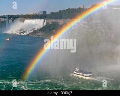 Canada,Ontario,Niagara Falls,la Domestica della Foschia tour barca si avvicina le Cascate Americane con un arcobaleno Foto Stock