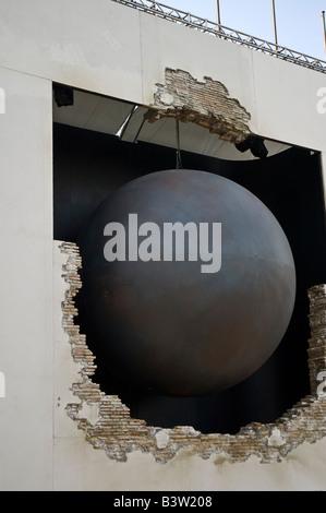 Giant Wrecking Ball simbolicamente smashes attraverso il Palazzo del Cinema al Lido celebra il Festival del Cinema di Venezia 64esimo anniversario