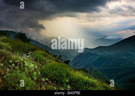 Una tempesta di primavera in Valnerina vicino a Meggiano, Umbria, Italia Foto Stock
