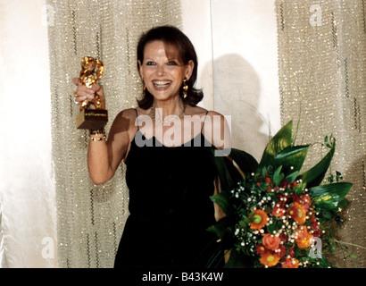 Cardinale, Claudia, * 15.4.1938, attrice italiana, mezza lunghezza, con premio cinematografico 'Golden Bear', International Film Festival, Berlin, 2002,