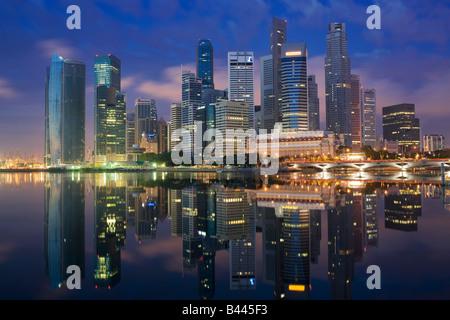 Asia Singapore Singapore Skyline distretto finanziario al crepuscolo Foto Stock