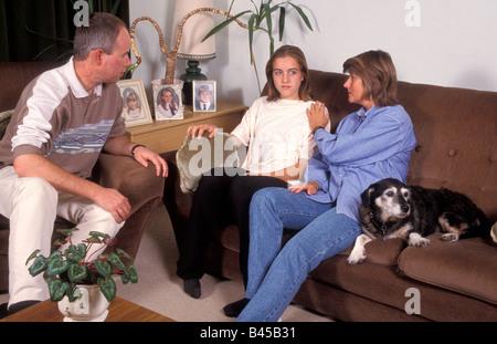 Giovane consolante loro moody figlia adolescente Foto Stock