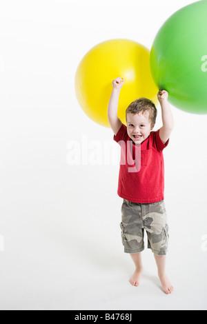 Un ragazzo giocando con palloncini Foto Stock