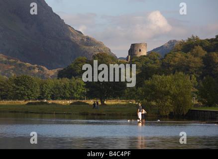 Il castello di Dolbadarn oltre Llyn Padarn, Snowdonia, Galles Foto Stock