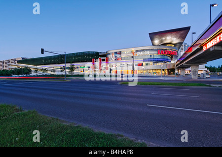 Shopping Mall accesa fino al crepuscolo, Eastgate, Marzahn di Berlino, Germania Foto Stock