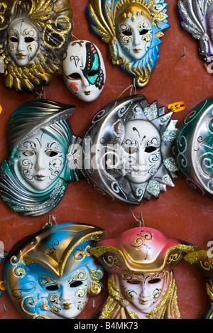 Miniatura carnevale veneziano di maschere per la vendita come gioielli a San Polo street market, Venezia, Italia. Foto Stock