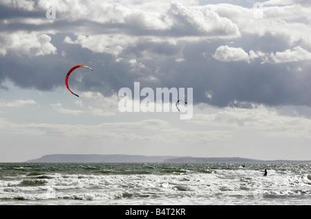 Il kite surf vicino al West Wittering nel Sussex sulla costa sud dell'Inghilterra Foto Stock