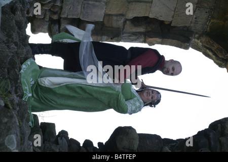 Coppie in viaggio di nozze a Gary e Angela grigio da Bedlington raffigurato all Edlingham Castello nel Northumberland Foto Stock