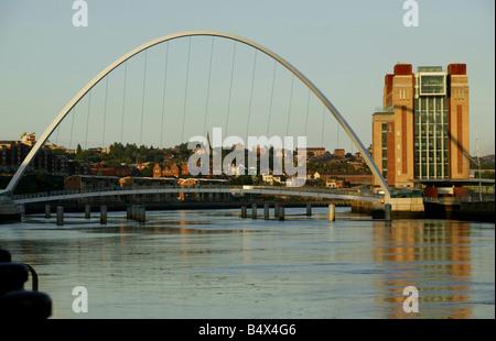 Il Millennium bridge tra Newcastle Gateshead Baltic Centre sul diritto di immagine Foto Stock