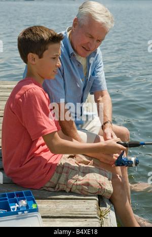 Nonno e nipote di pesca dock off Foto Stock