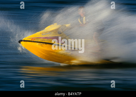Ragazzo adolescente in sella al suo jet ski. Foto Stock