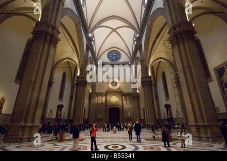 Una vista interna della Basilica di Santa Maria del Fiore (Duomo) a Firenze con i turisti che visitano e scattare Foto Stock