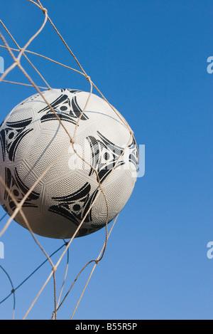 Il calcio in un obiettivo net Foto Stock