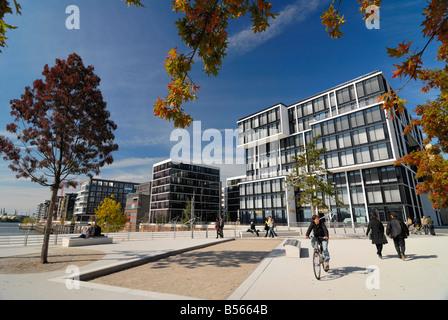 Residenziale moderno e di edifici per uffici lungo la Kaiserkai e Marco-Polo-Terrassen presso il nuovo Hafencity Foto Stock