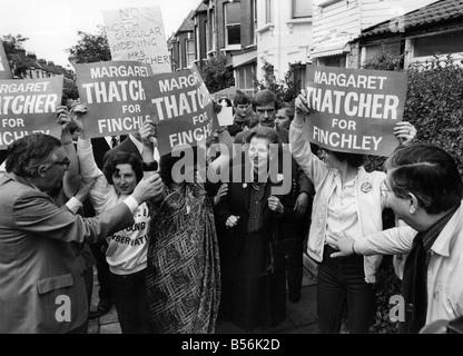 La sig.ra Margaret Thatcher in Finchley durante la sua campagna elettorale. Maggio 1983 P009157 Foto Stock