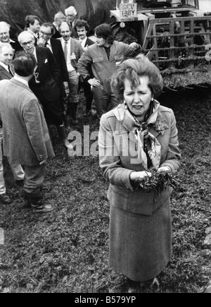 Il primo ministro sig.ra Margaret Thatcher sulla campagna elettorale trail visitare una fattoria della Cornovaglia. Foto Stock