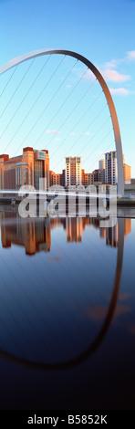 Il Millenium Bridge e il Baltic Arts Center riflettente nel fiume Tyne, Quayside, Newcastle upon Tyne, Tyne and Foto Stock