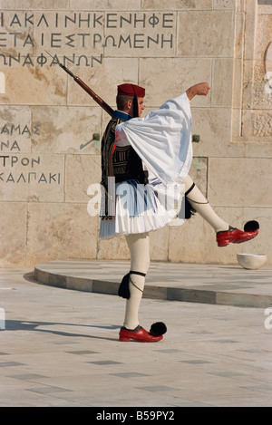 Protezione Evzon in abito tradizionale marciare davanti alla tomba del Milite Ignoto a Syndagma o il Parlamento Foto Stock