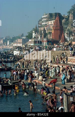 Ghats lungo il fiume Gange, Varanasi, nello stato di Uttar Pradesh, India Foto Stock