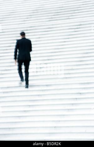 Imprenditore scale ascendente all'aperto Foto Stock