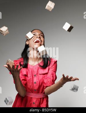 Donna gettando piccoli doni in aria Foto Stock