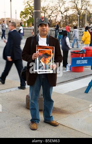 Un uomo con un ritratto di Barack Obama prima del suo rally presidenziale al Grant Park di Chicago in Illinois il Foto Stock