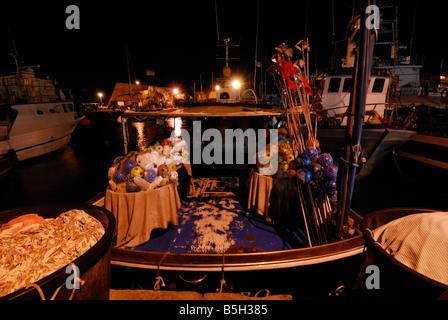 La visione notturna di barche da pesca nel porto di Civitavecchia, Lazio, Italia Foto Stock
