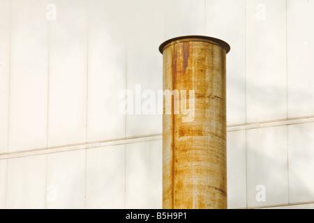 Il vapore proveniente da un arrugginito stack di fumo. Foto Stock