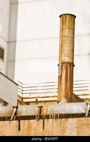 Stack di fumo su un edificio in mattoni. Foto Stock