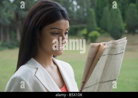 Imprenditrice leggendo un giornale