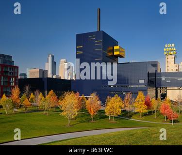 Colorato alberi di acero al Guthrie Theater di Minneapolis con medaglia d oro farina silos in autunno Foto Stock