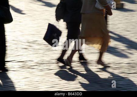Ombra di persone di alta velocità di piedi gambe camminando in strada in città Foto Stock