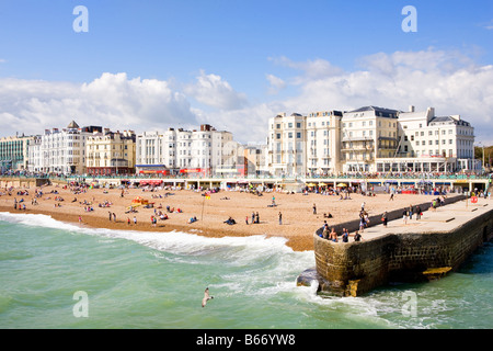 Guardando verso la spiaggia e gli edifici sul lungomare di Brighton Foto Stock