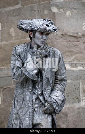 Un artista mime in carcassone la cite Francia dipinto in grigio puro di arresto e di effettuare azioni come una statua in movimento Foto Stock