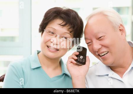 Coppia matura l'ascolto a un telefono cellulare