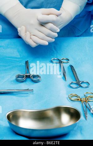 Gli strumenti chirurgici essendo stabilite dauna assistant in un teatro operativo Foto Stock