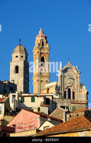 Cervo con la chiesa parrocchiale di San Giovanni Battista, Riviera dei Fiori, Liguria, Italia, Europa Foto Stock